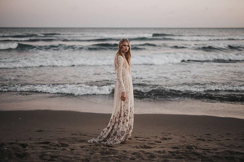 vestido de novia con encaje y flores en el bajo