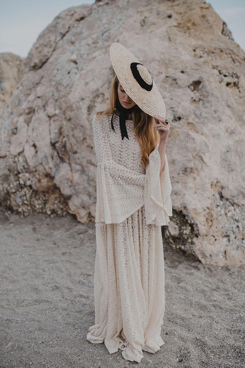 vestido de novia vintage con manga acampanada y sombrero