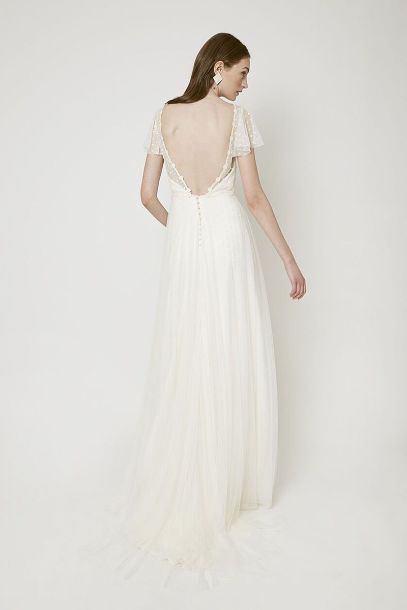 Vestido de novia con espalda descubierta y plumetti en mangas
