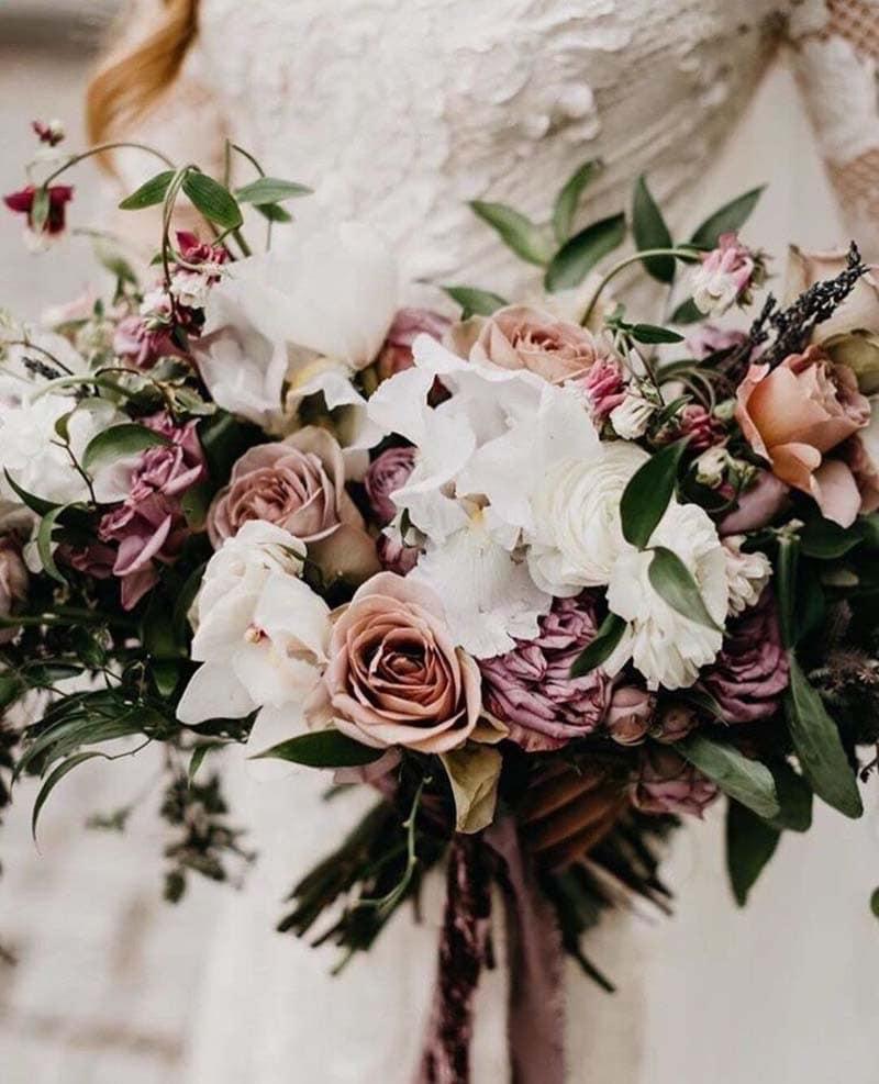 ramo en tonos pastel con rosas y eucaliptos
