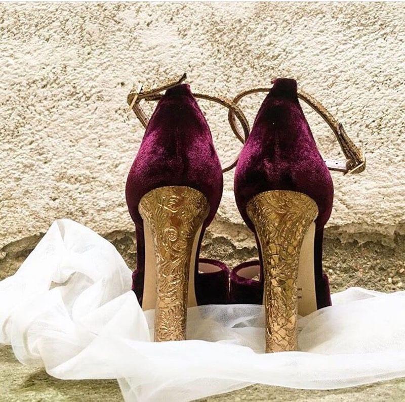 Zapatos con tacon dibujado en dorado