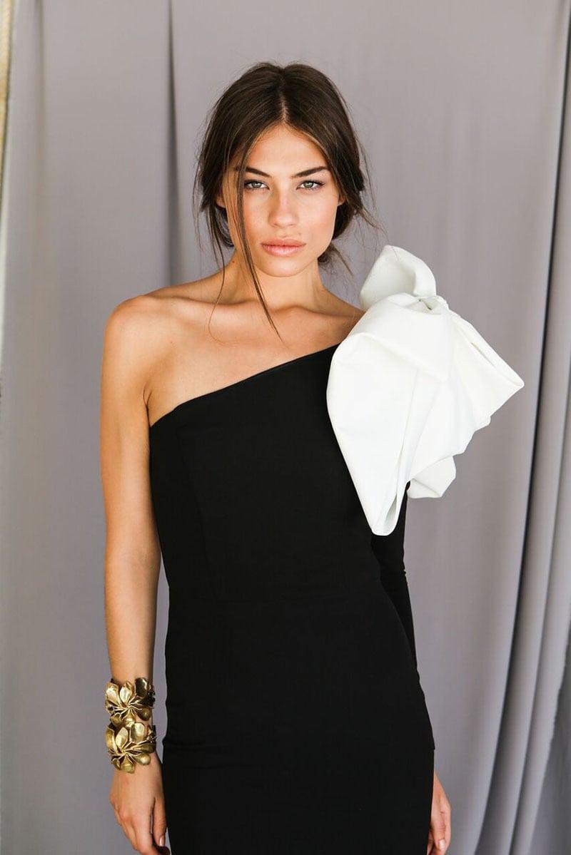 La invitada ideal, vestido negro con lazo