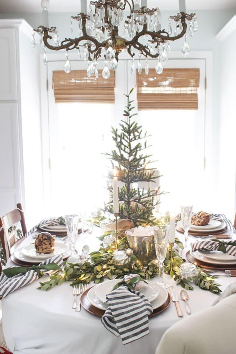 Decora la mesa esta navidad. Presidida con árbol